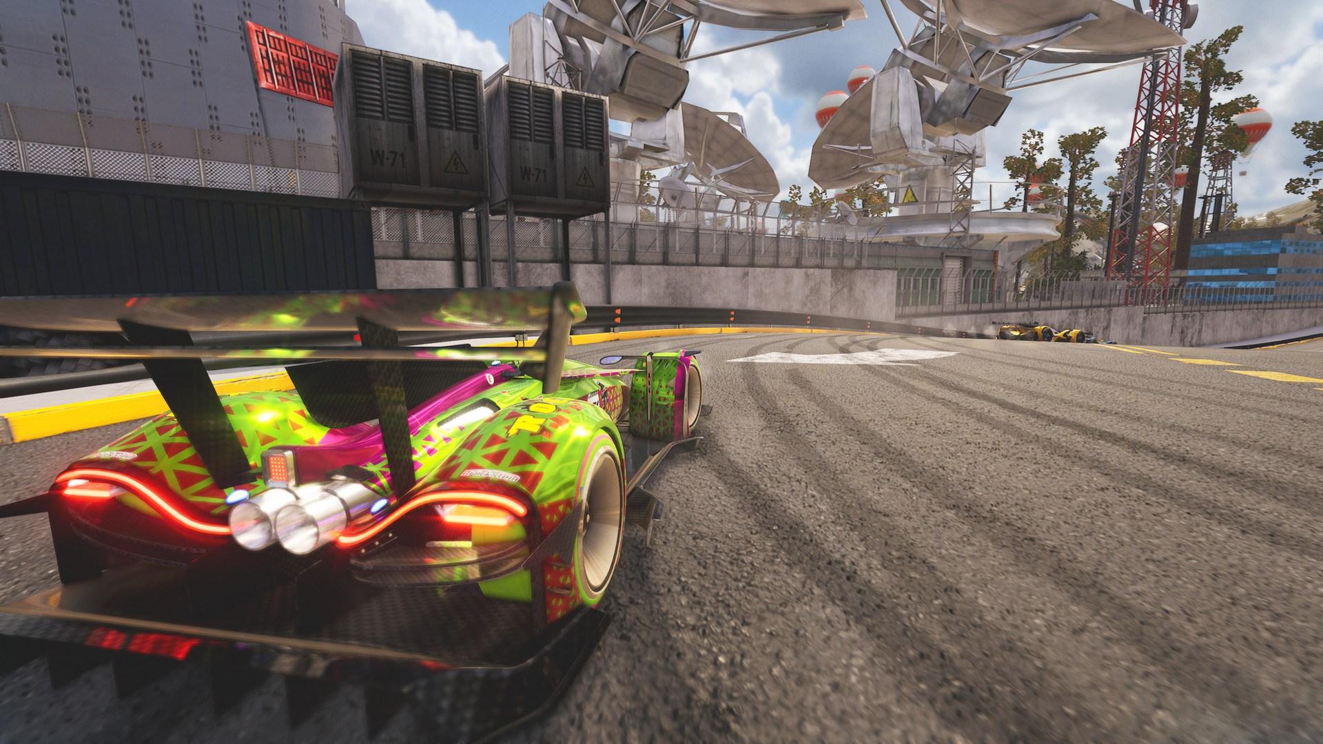 Futuristické závody Xenon Racer jsou venku